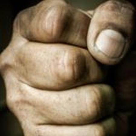 Mladíci nezvládli slovní rozepři a napadli dalšího muže