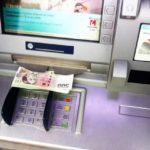 Našly se peníze u bankomatu