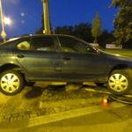 Opilý řidič nezvládl kruhový objezd